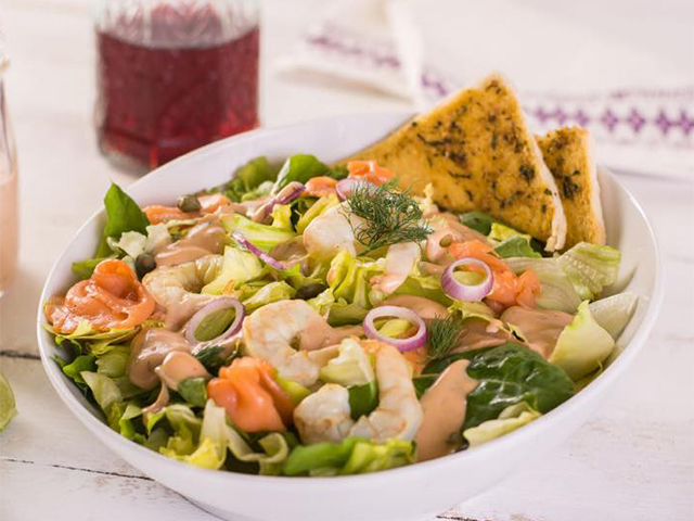 The perfect balance between a light meal and seafood is the Smoked Salmon & Shrimp salad from Viking.
